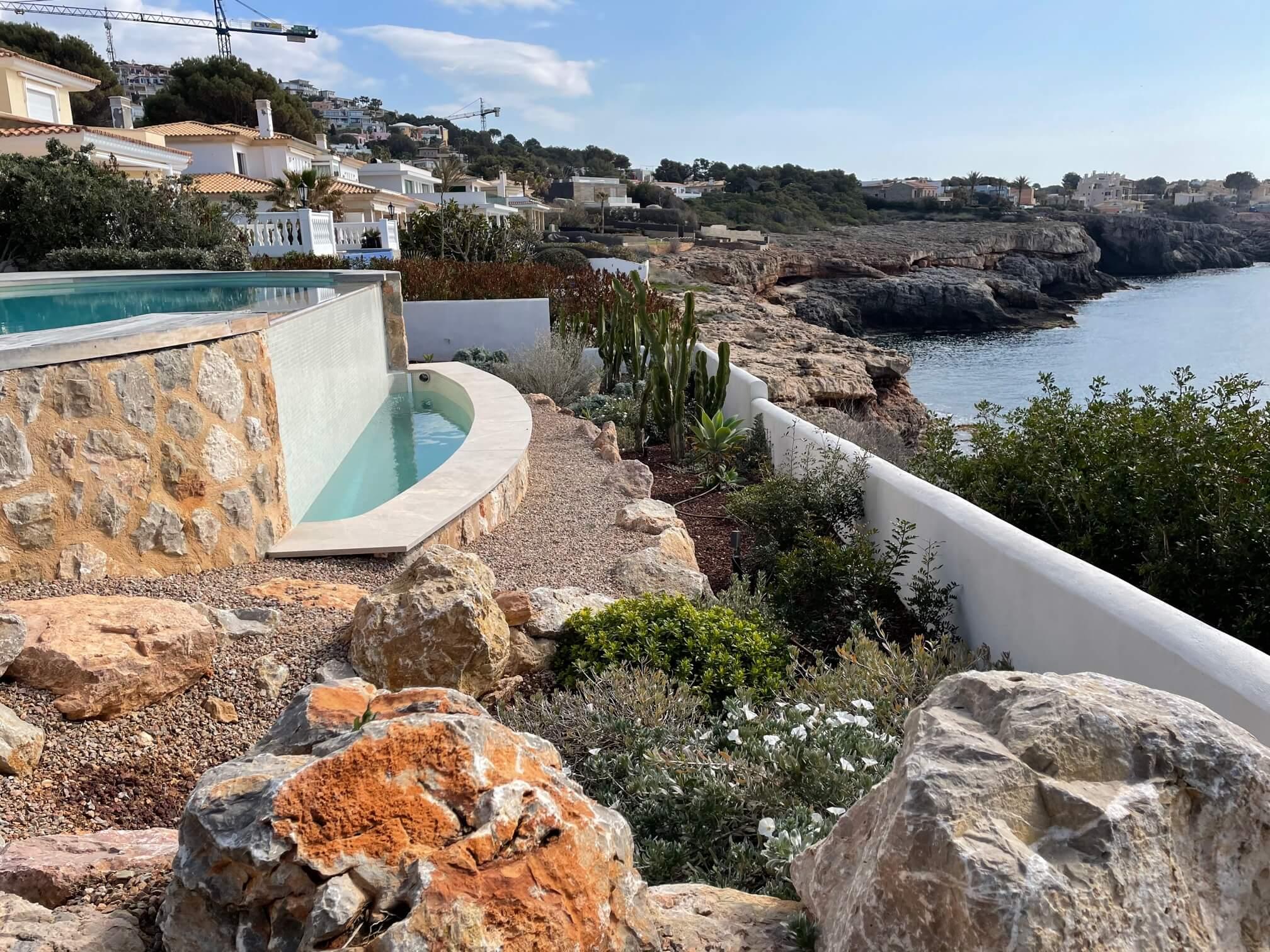 Jardin con vistas al mar y piscina en mallorca